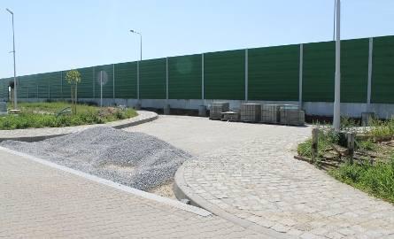 Wyjazd ze stacji na obwodnicę Grodkowa zamykają ekrany dźwiękochłonne. Na ich rozbiórkę Zarząd Województwa na razie się nie zgodził. I nie wiadomo kiedy