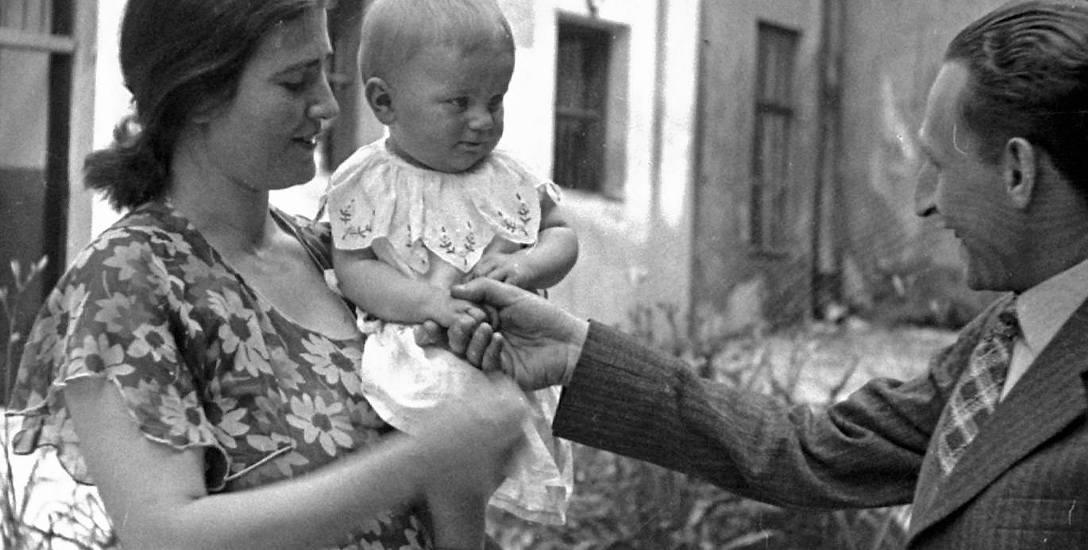 Rita Gorgonowa ze swoją córką Ewą na dziedzińcu więzienia św. Michała w Krakowie