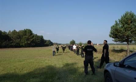 Mężczyzna był martwy. Zwłoki znaleziono kilkaset metrów od samochodu (zdjęcia)
