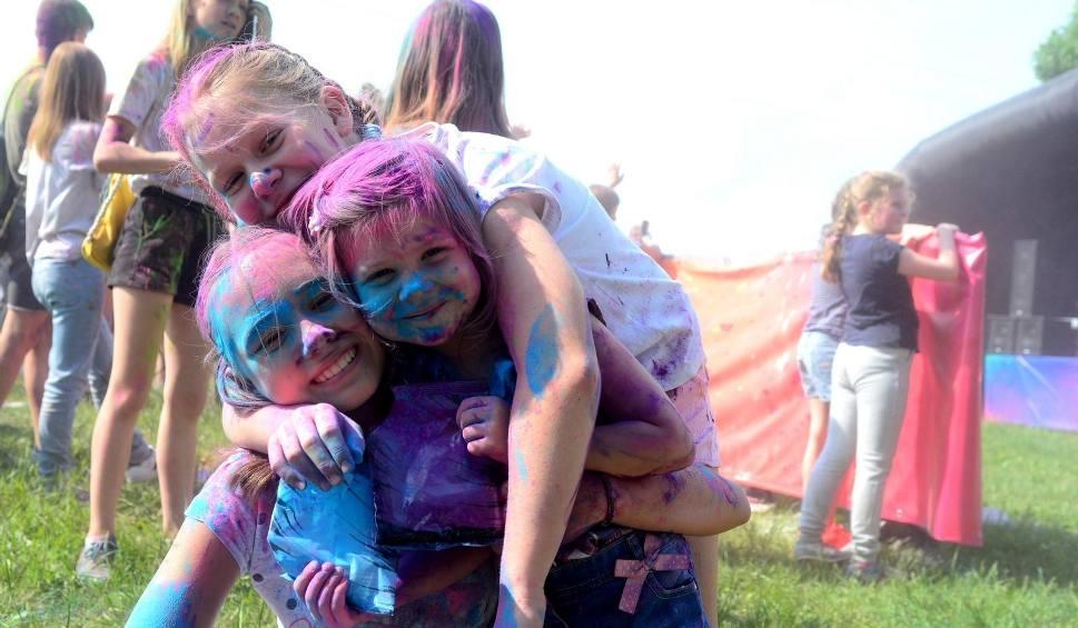 Film do artykułu: Holi Festival - Święto Kolorów w Radomiu. Wspaniała zabawa w pyle kolorowych proszków (wideo, zdjęcia)