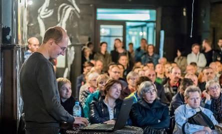 W sobotni wieczór w kinie Pomorzanin można było posłuchać ciekawego wykładu, połączonego z pokazami zdjęć Macieja Sobczyka - fotografa, który od 2006