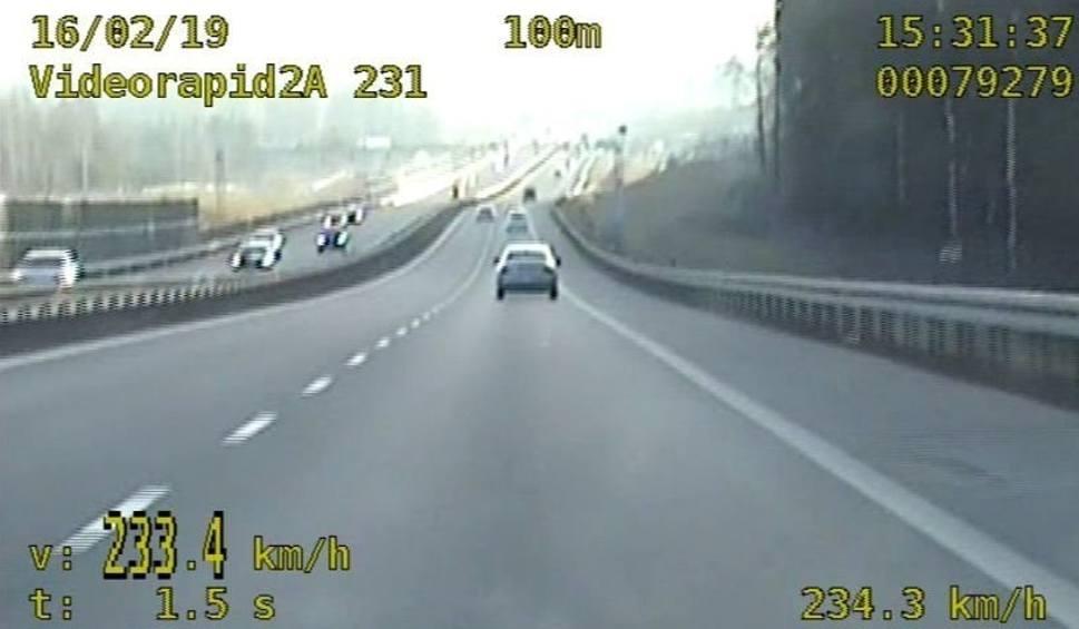 Film do artykułu: W gminie Suchedniów mercedes pędził 233 kilometry na godzinę