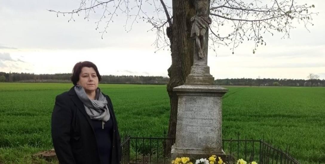 Pani Danucie Kmiecik marzy się odnowienie krzyża, który od ponad stu lat stoi w Puszynie jedną z ostatnich pamiątek po Ballestremach i ich czasach