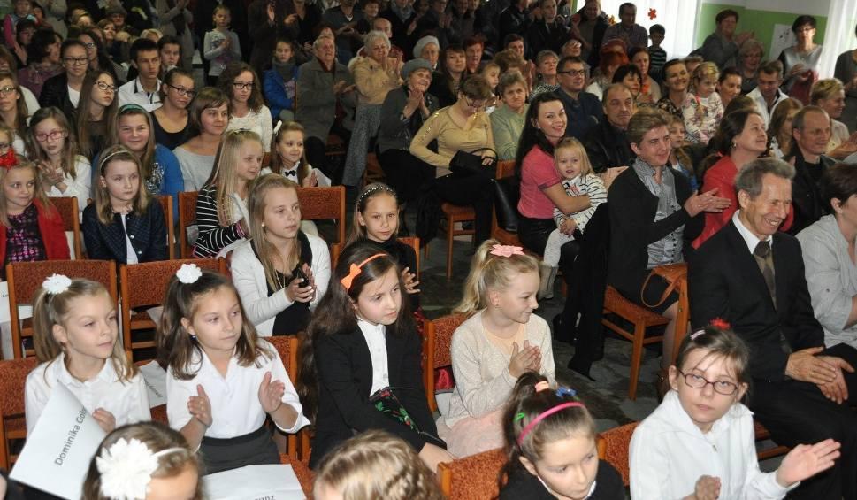 Film do artykułu: Gmina Jastrząb. Młodzież pieśnią chwaliła Boga. Tłumy obserwowały konkurs w parafii
