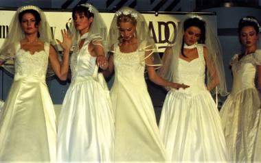 W takich sukniach kobiety wychodziły za mąż w latach 90. [GALERIA]