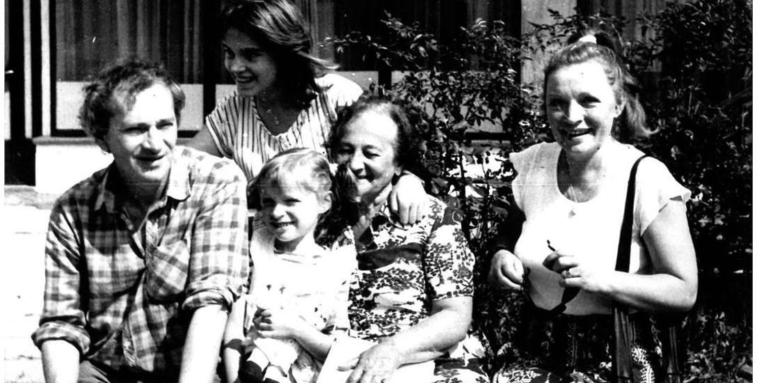 Sabina Nowicka wśród swojej rodziny.  Z zawodu była prawnikiem, ale całe życie poświęciła łódzkiemu teatrowi