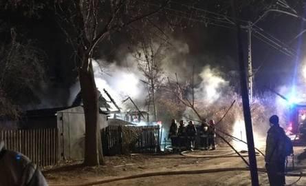 Białystok. Pożar w okolicach dworca PKP przy sklepie Kaufland. Spłonęła drewniana szopa, w której nocowali bezdomni [ZDJĘCIA]