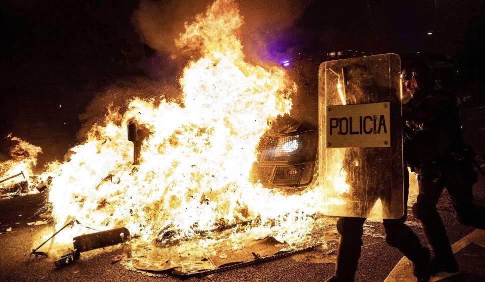 Film do artykułu: Hiszpania. Protesty w Barcelonie: zamieszki na ulicach, płoną barykady ZDJĘCIA Katalonia wrze po skazaniu liderów ruchu niepodległościowego