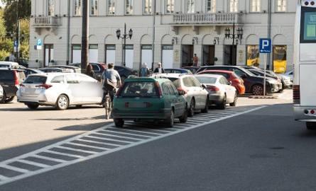 Mistrzowie parkowania w Warszawie. Tylko oni potrafią rozwalić słupek i zastawić wejście [ZDJĘCIA]