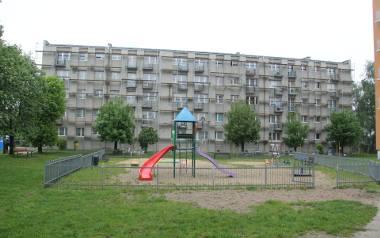 Ocieplana jest południowa ściana bloku przy ul. Piłsudskiego 15/23.
