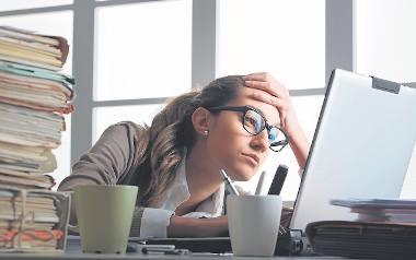 Pracownik, którego dotknie wypalenie zawodowe, czuje się przytłoczony pracą. Przestaje mu ona sprawiać satysfakcję.