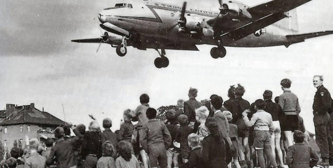Berlińczycy patrzący na lądujący na Tempelhof samolot C-54