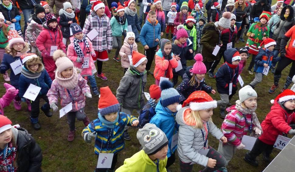 Film do artykułu: Dzieci też pobiegły w Pogoni za Mikołajem w Daleszycach. Najmłodszych wspierali rodzice [DUŻO ZDJĘĆ]