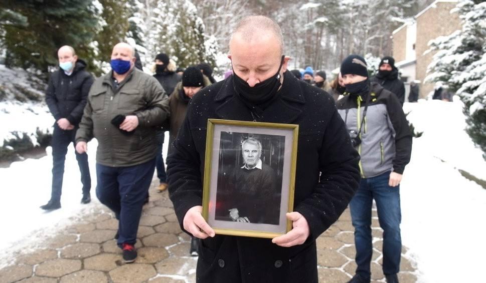 """Film do artykułu: Pogrzeb Bronisława Bugla na cmentarzu w Zielonej Górze. Był wybitnym fotoreporterem. """"Zostawił po sobie pamięć i tożsamość"""""""