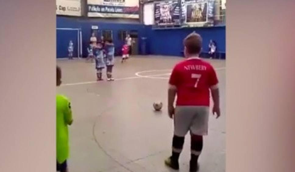 Film do artykułu: Ten chłopiec do perfekcji opanował strzały z rzutów wolnych. Co za bramka! [WIDEO]