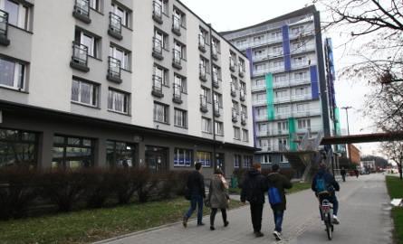 Na osiedlu akademickim Politechniki Łódzkiej mieszka około 2,5 tysiąca studentów. Osiedle ma dziewięć domów studenckich, a większość z ich pokojów jest