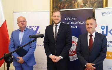 Dyrektor Łódzkiego Oddziału Wojewódzkiego NFZ Artur Olsiński, wiceminister zdrowia Janusz Cieszyński i wicewojewoda łódzki Karol Młynarczyk zachęcają