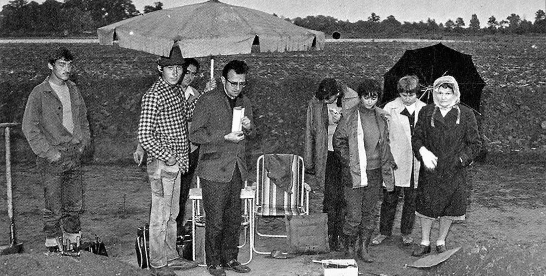 Wanda Sarnowska, pierwsza od prawej, podczas badań wykopaliskowych osady w Sarnowie (1971 r.)