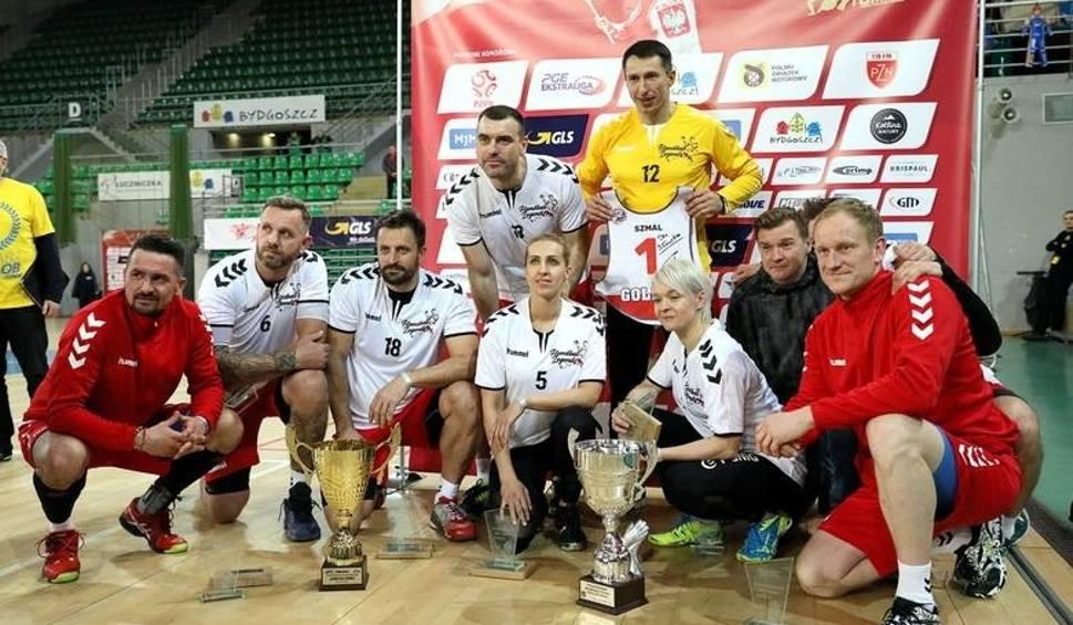 Film do artykułu: Szmal, Zydroń, Tkaczyk i inni byli piłkarze ręczni zagrali w piłkę nożną dla Tomasza Golloba i …wygrali turniej [ZDJĘCIA, VIDEO]