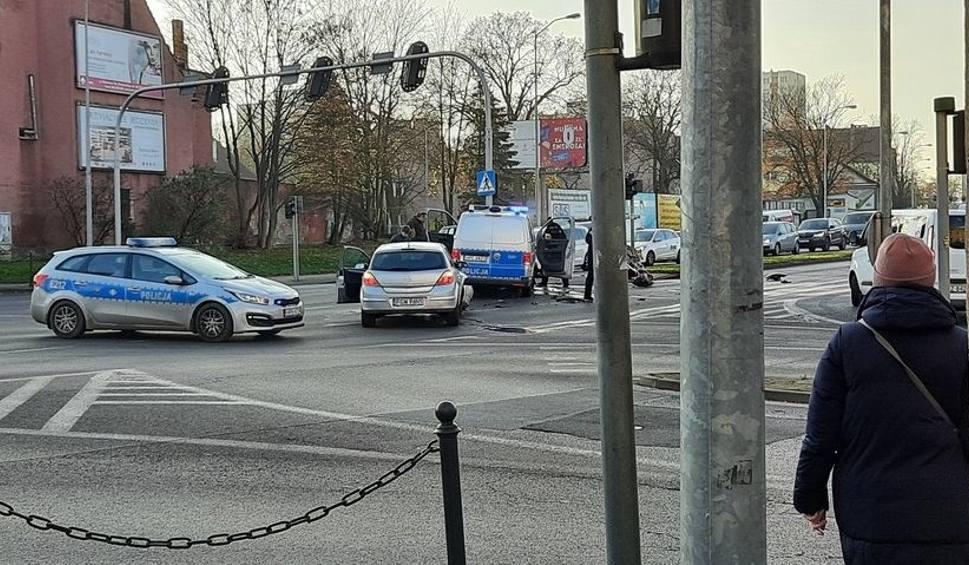 Film do artykułu: Zderzenie osobówki z radiowozem w Zielonej Górze. Dwóch policjantów poszkodowanych