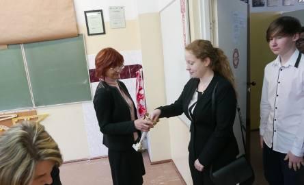 Przed wejściem na salę gimnazjaliści losowali numery miejsc, które zajęli. Na zdjęciu: Gimnazjum Publiczne nr 1 w Żninie