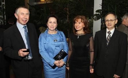 Mocna reprezentacja nagrodzonego Skrzydłami jędrzejowskiego Kartelu. Kolejno od lewej: Paweł Karpiński z żona Barbarą oraz Magdalena Sękiewicz z mężem