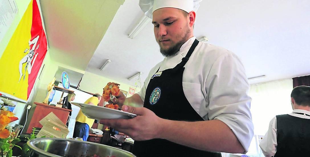 Zawody związane z gastronomią cieszą się niesłabnącą popularnością. Toruński gastronomik problemów z naborem nie ma. Na zdjęciu Kuba Kuczkowski, jeden