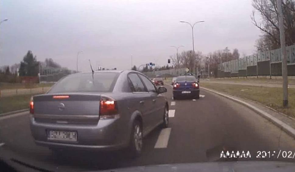 Film do artykułu: Kobieta rozmawiała przez telefon i zajechała drogę (wideo)