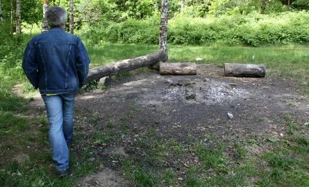 W lesie nie można bez zezwolenia rozpalać ogniska.