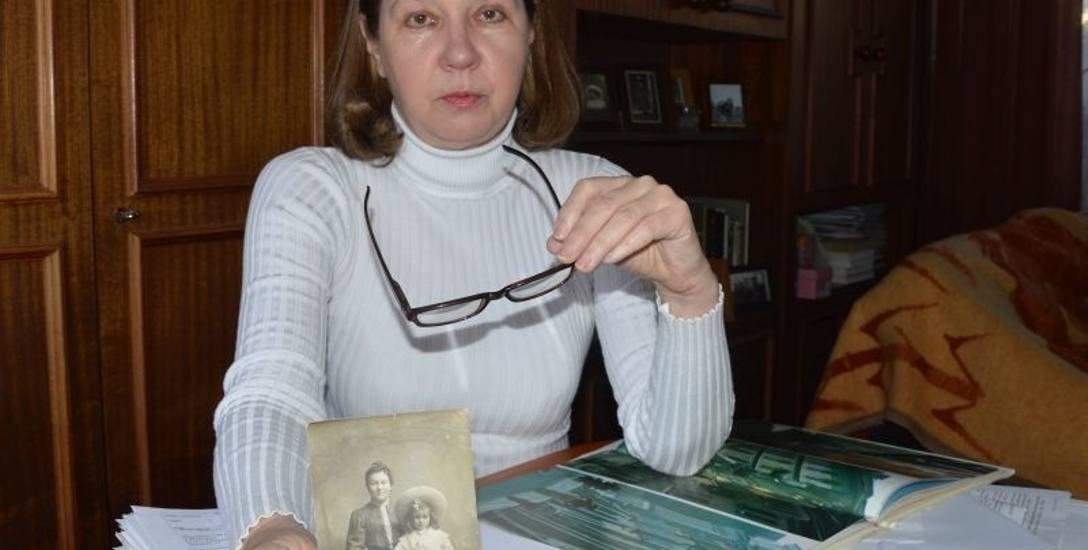 Marlena Wiercioch z fotografiami swoich pradziadków - Józefy Krasnodębskiej (z córką Joanną) i Janem Bolesławem (z synem Tadeuszem).