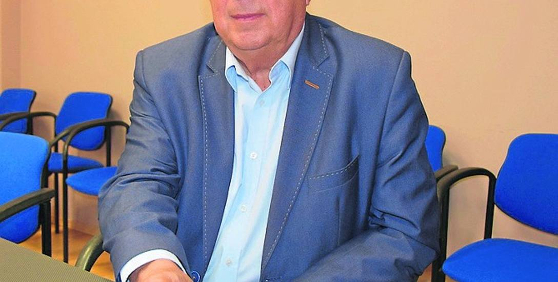 Prezes zielonogórskiego oddziału Związku Sybiraków - Wacław Mandryk prezentuje jubileuszowy medal