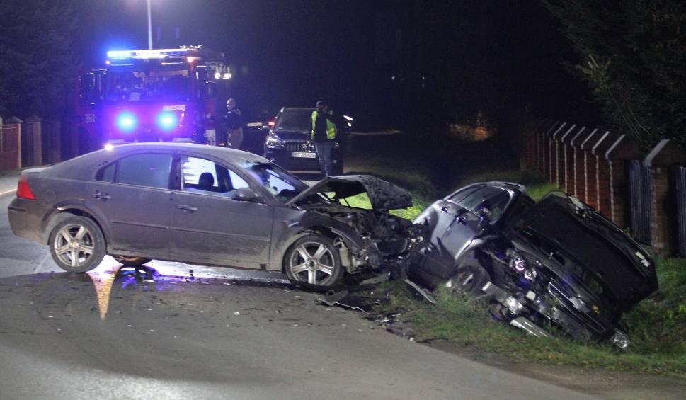 Film do artykułu: Wypadek w Jamnicy. Po zderzeniu dwóch samochodów kierowca i pasażer jednego z nich uciekli z miejsca. Dlaczego? (WIDEO, ZDJĘCIA)