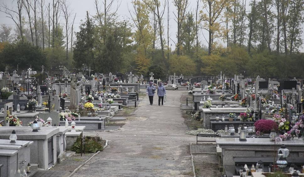 Film do artykułu: Święto Wszystkich Świętych w powiecie jędrzejowskim. Nie będzie kwest oraz mszy na cmentarzach. Jakie zmiany w organizacji ruchu?