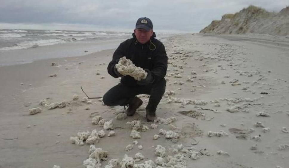 Film do artykułu: 20 ton parafiny na plażach w gminie Choczewo [ZDJĘCIA]
