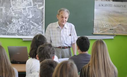- Żywe lekcje historii już się odbywają - mówią nauczyciele. Na zdjęciu: spotkanie w bydgoskim Gimnazjum nr 6 Sportowym z Jackiem Zieliniewiczem, byłym