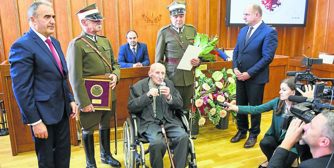 Maksymilian Kasprzak odznaczony został medalem Unitas Durat Palatinatus Cuiaviano-Pomeraniensis podczas uroczystej sesji sejmiku województwa