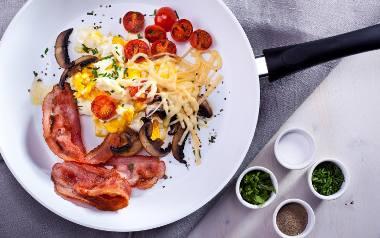 Przepis na jajecznicę z boczkiem i serem