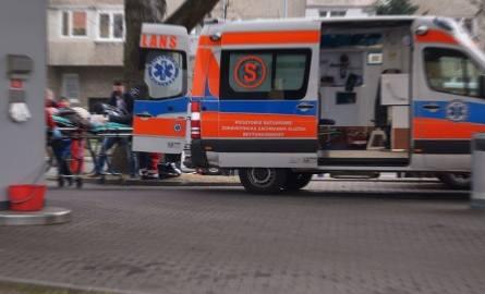 Mężczyzna klęczał obok klatki schodowej bloku na Teofilowie i prosił o pomoc