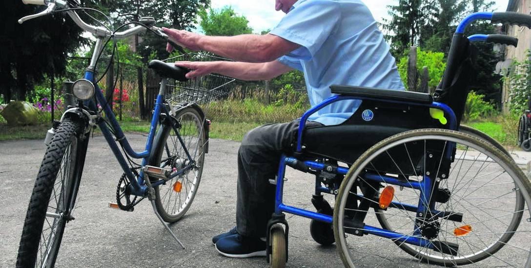 Wiesław Białowąs z wózka inwalidzkiego przesiada się często na... rower. I jeździ po okolicy. - Jak mnie sąsiedzi zobaczyli, to pytali, czy mi magicznie