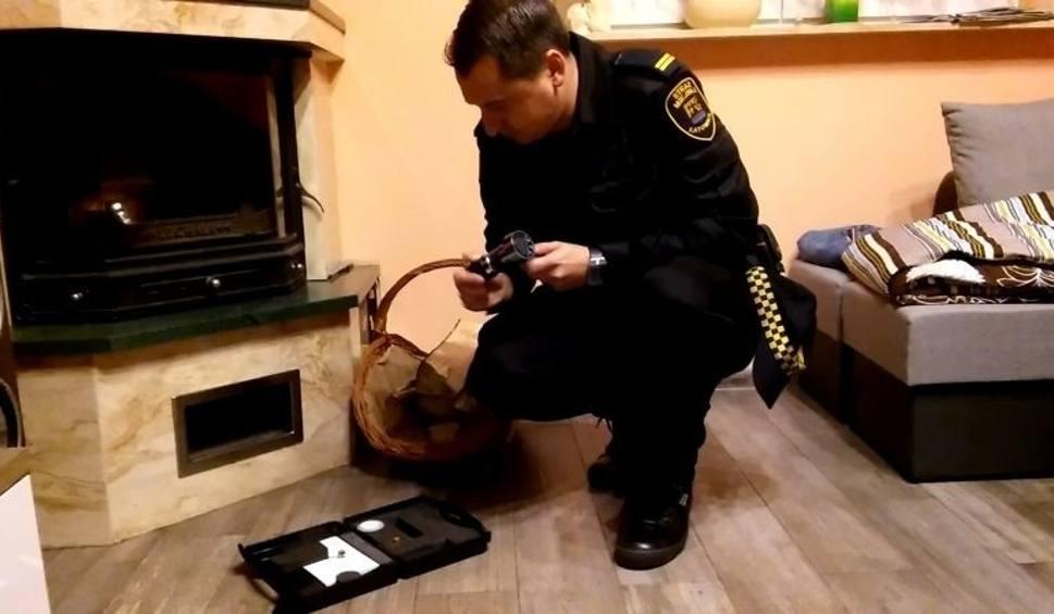 Film do artykułu: Katowice: strażnicy kontrolują wilgotność spalanego drewna. Do pomocy mają wilgotnościomierz