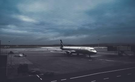 Gdy lot się opóźnia kilka godzin, walizka przylatuje uszkodzona lub zabrakło dla nas miejsca w samolocie, możemy cierpliwie czekać na działania linii
