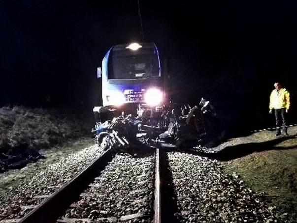 Śmiertelny wypadek w Ciebłowicach Dużych koło Tomaszowa. Samochód wjechał pod pociąg na niestrzeżonym przejeździe.