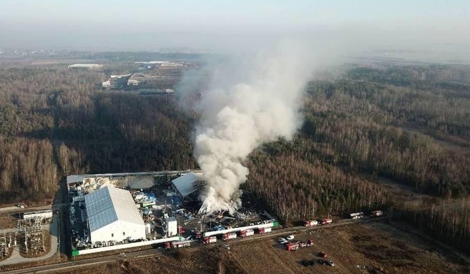 Film do artykułu: Pożar elektrośmieci w powiecie kieleckim i... strach w okolicy. Co było w powietrzu?