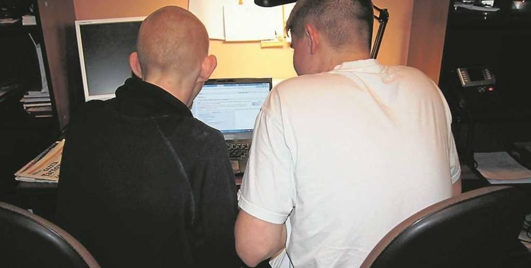 Wojciech i Łukasz z Tarnowa pedofilów namierzają z domowego komputera. Na internetowym czacie podszywali się pod nastolatki. Na propozycje spotkań połączonych