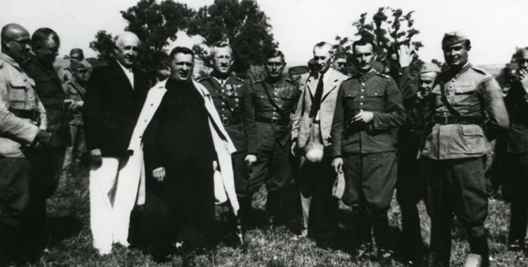 Drugi od lewej ks. Jan Ziółkowski wśród oficerów i kapelanów WP