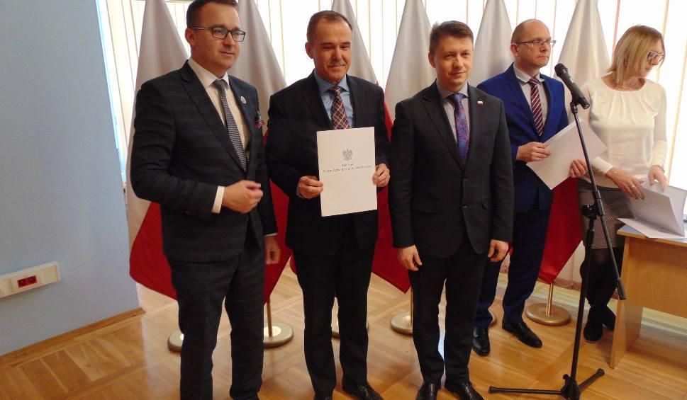Film do artykułu: Rządowe pieniądze na odbudowę dróg w gminach Kunów, Ćmielów i Bodzechów. Kto, ile i na co dostał?