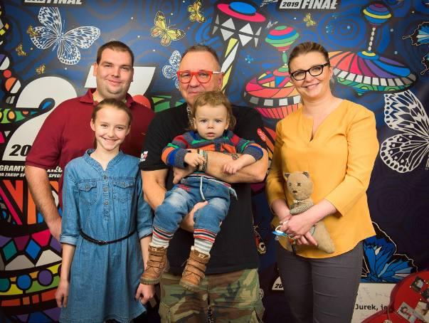 Na zdjęciu Patrycja Krzymińska z Jurkiem Owsiakiem, mężem Piotrem i dziećmi Jankiem i Julką