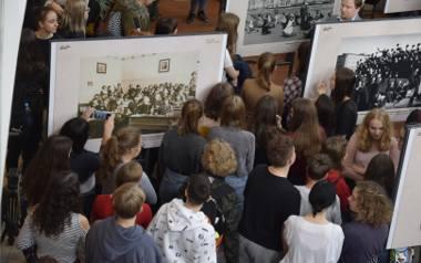 """Wystawa """"Historia szkolnego mundurka"""" w Galerii Klif"""