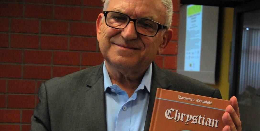 """- Trzeba spopularyzować wiedzę o biskupie - mówi Kazimierz Trybulski z egzemplarzem powieści historycznej  """"Chrystian"""" ."""
