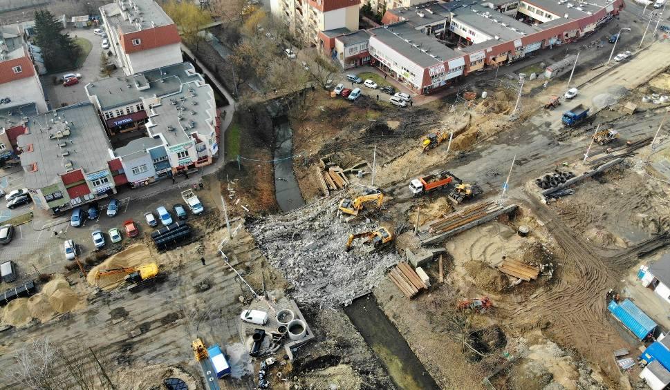 Film do artykułu: Przebudowa ulicy Fabrycznej. Mostu już nie ma. Zdjęcia z drona